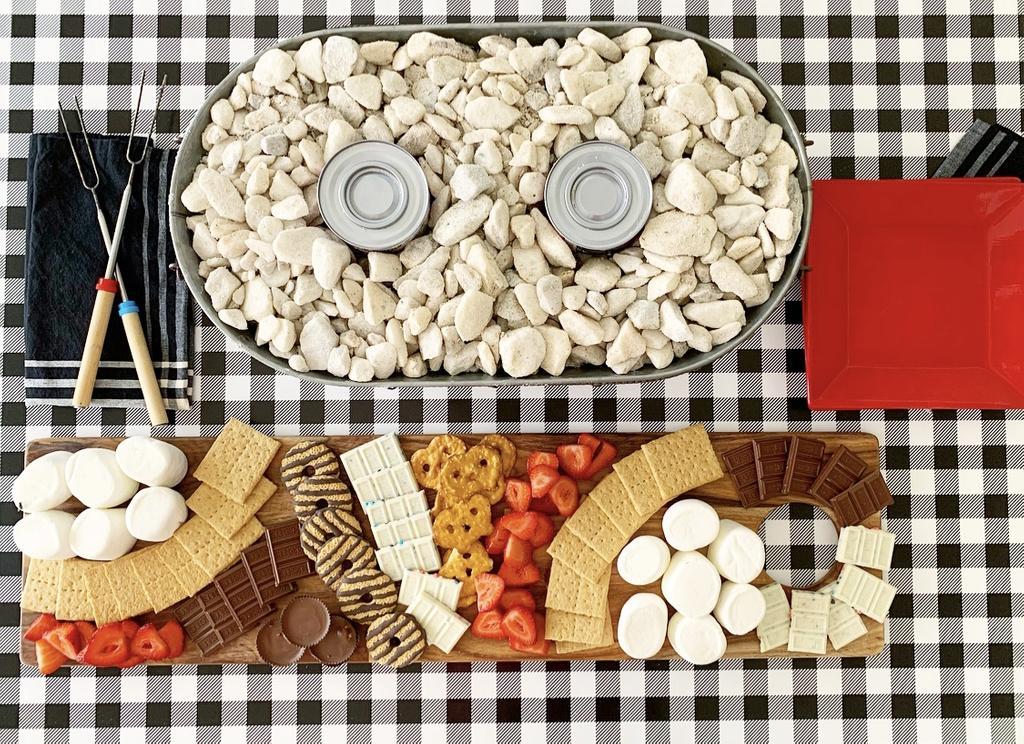 Welcome Home Saturday vom beliebten Lifestyle-Blog aus Alabama, She Gave It A Go: Bild einer Feuerstelle auf dem Tisch und eines S'mores-Charcuterie-Bretts.